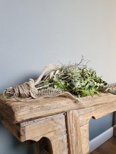 Toef op houten bankje slaapkamer