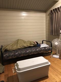 フォンテーヌの森キャンプ場 ウォークインキャビンのベッド | by Hiroaki Taguchi