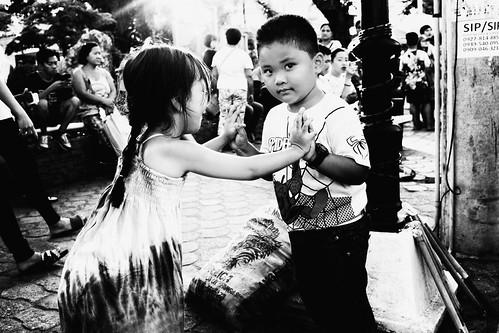 meljoesandiego fuji fujifilm x100f streetphotography children eyecontact candid monochrome philippines