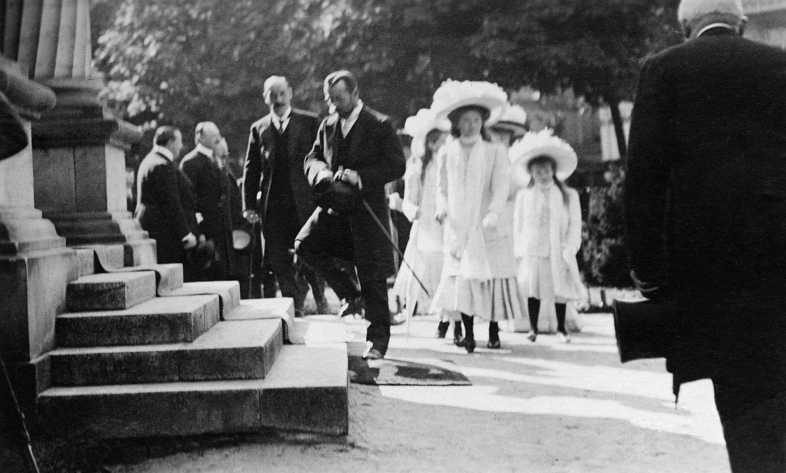 1910. Николай II со своими дочерьми в Бад-Хомбурге