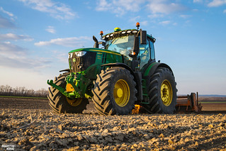 Planting potatoes with John Deere 6250R | by martin_king.photo
