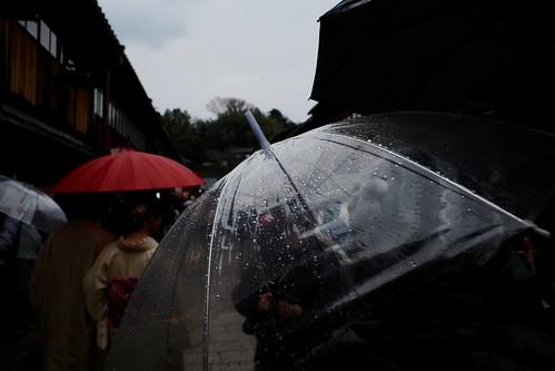 雨でも賑わうひがし茶屋街を歩く