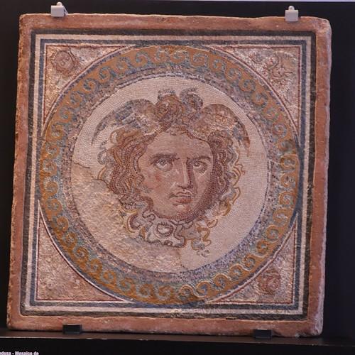 Mosaico de la Medusa Finales del siglo II inicios del siglo III d.C.   by Hesperetusa