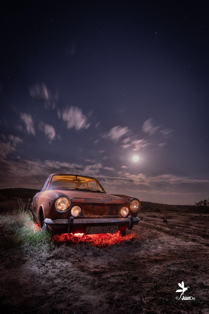 Noches en vela. Seat 850 Sport coupé.#nikon #nikod500 #nocturnas #juanderr #juande #amimanera #abandonado #iluminando #lightpainting #madrid #paisaje #landscape #noche #night