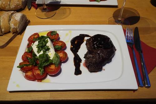 Sous-vide gegartes Pferdefilet mit Balsamico-Rotwein-Zwiebeln sowie erwärmte Tomaten mit Burrata und frisch gebackenem Baguette