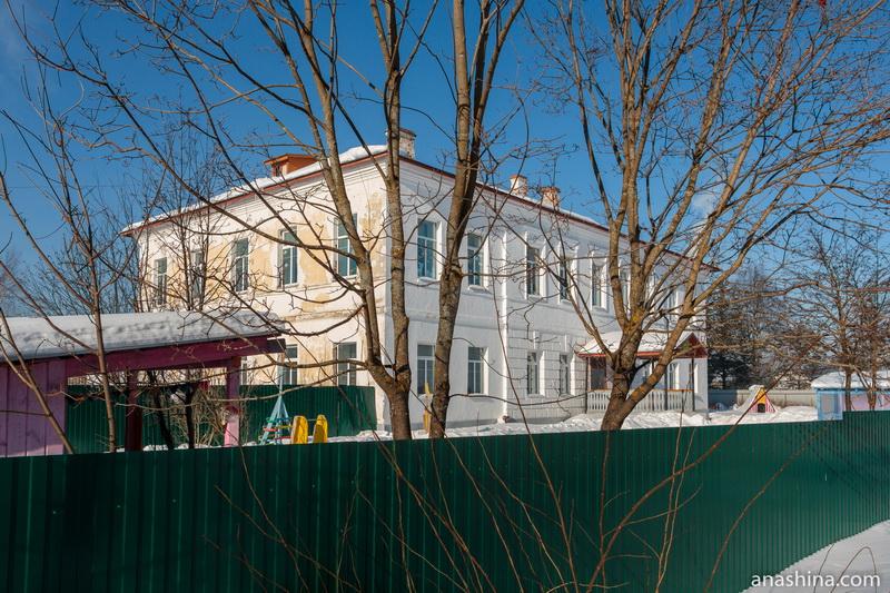 Солигаличская школа-интернат, здание бывшего Духовного училища, Воскресенский монастырь,Солигалич