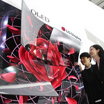 LG디스플레이가 14일부터 17일까지 중국 상하이에서 열리는 중국 최대 가전 박람회 AWE 2019에 처음으로 참가해 OLED TV의 우수성을 알린다. 사진은 65인치 UHD OLED 디스플레이 4장을 이어 붙이고 끝부분을 둥글게 말아 장미꽃 모양을 형상화한 조형물을 관람객들이 보고 있는 모습.
