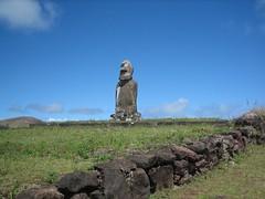 Moai de las cuatro manos - Isla de Pascua - Chile