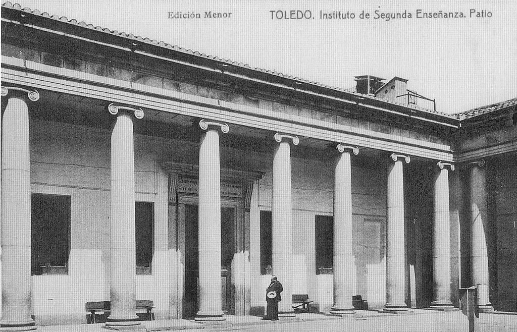 El patio del antiguo Instituto de Toledo (hoy sede de la UCLM), inaugurado en abril de 1799 y obra del genial Ignacio Haan, aparece aquí con un ilustre habitante: Don Ventura Reyes Prósper, uno de los mejores científicos españoles del s. XX. Foto c. 1910.