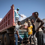 IOM Djibouti - Migrants motivated to unload the truck