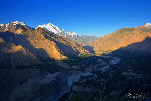 Lumière matinale descendant sur la vallée de la Hunza, vue  depuis Duikar (Eagle's Nest) © Bernard Grua