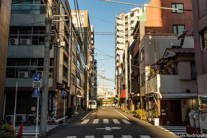 Callejuelas de Ningyocho, con la torre Tokyo Skytree a lo lejos