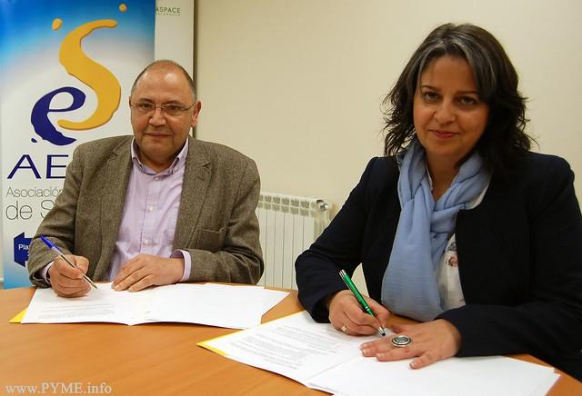 Instante de la firma del convenio entre la Asociación de Empresarias de Salamanca (AESAL) y la asociación ASPACE Salamanca.