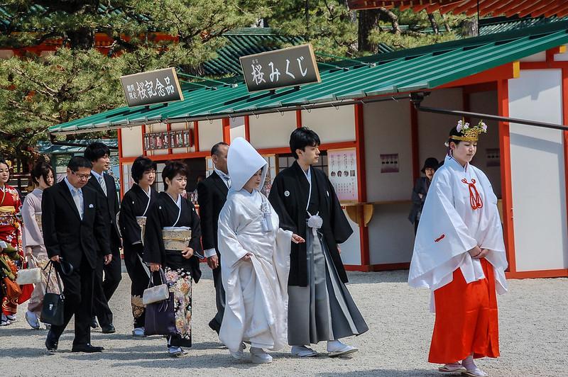 剛完成結婚儀式的新人正前往拍攝婚照 4