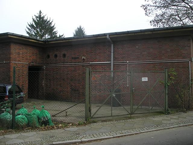 1940 Berlin Hochbunker mit Backstein verkleidet Steinträgerweg 79 in 12351 Buckow