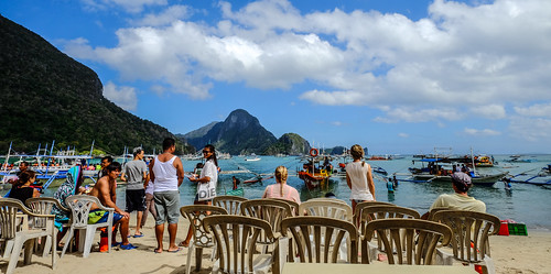 Many tourists enjoy on the beach | by phuong.sg@gmail.com