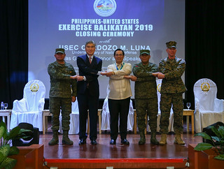 "U.S., Philippine leadership stand ""shoulder-to-shoulder"" during the Exercise Balikatan closing ceremony 