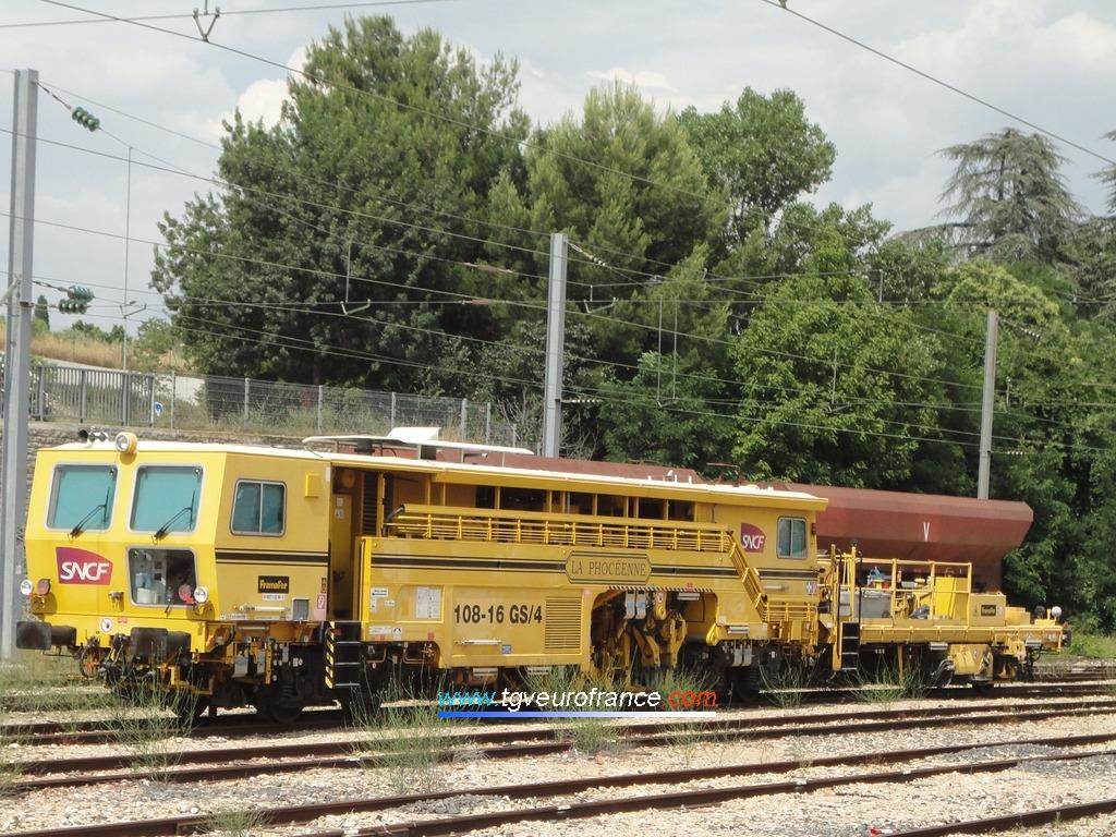 """Une bourreuse Framafer 108-16 GS/4 (baptisée """"La Phocéenne"""") de SNCF Réseau"""