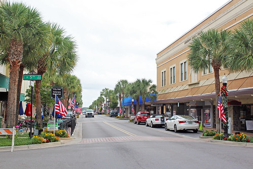 cityscape downtown businessdistrict street cars commercialbuildings commercialblocks palmtrees leesburg florida unitedstates