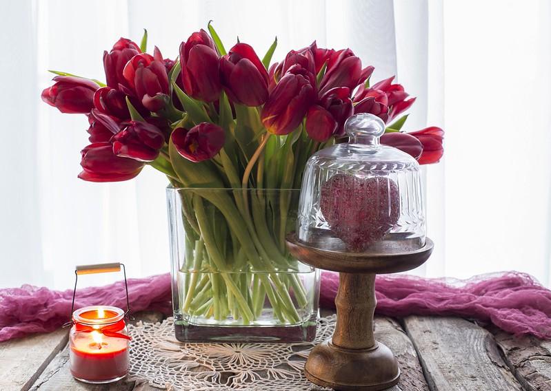Обои любовь, сердце, букет, тюльпаны, красные, red, love, wood, flowers, romantic, hearts, tulips, valentine's day картинки на рабочий стол, раздел цветы - скачать