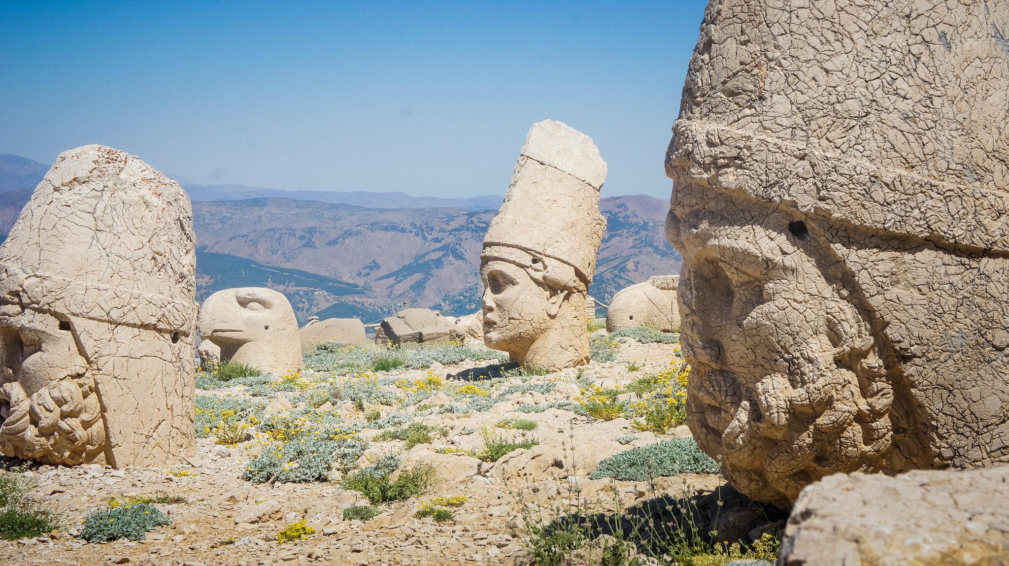 Scattered heads at Nemrut Dağ
