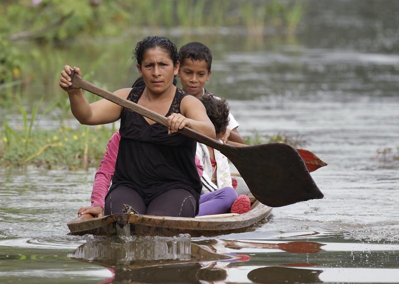 Lady and canoe Ascanio_Amazon Cruise 199A9146