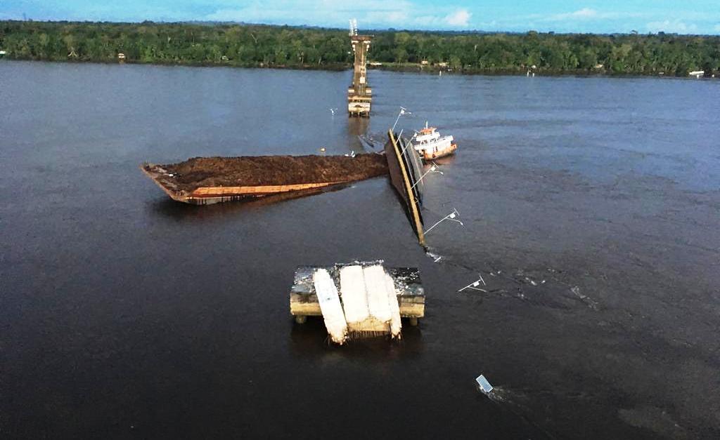 Ponte da Alça Viária cai após ser atingida por balsa no rio Moju; vídeo, rio moju. ponte desaba