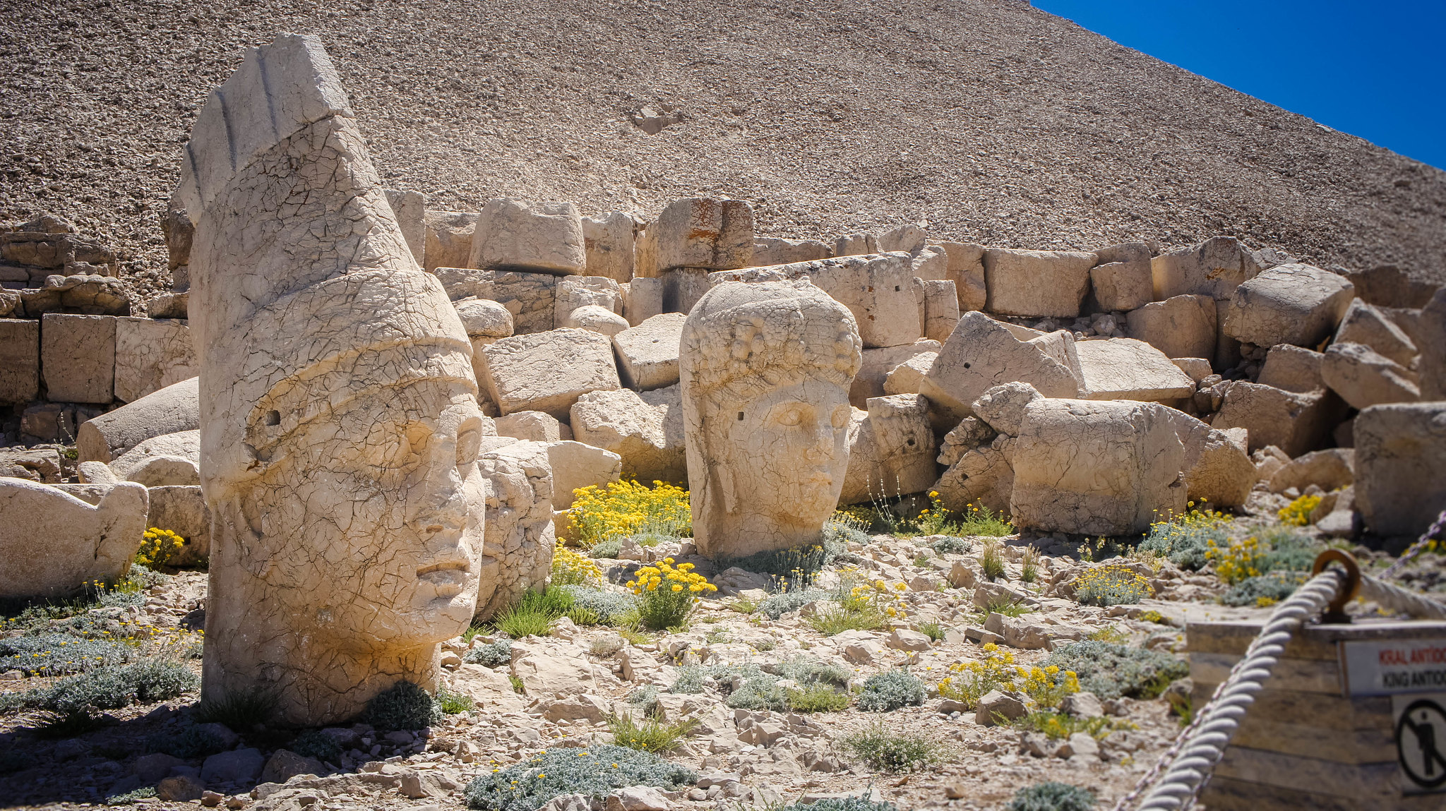 Scattered heads at Nemrut Dağ