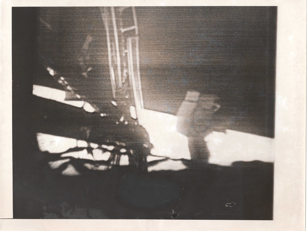 a11_v_bw_o_n (original press photo, Armstrong's first steps, TV image)