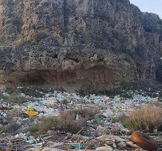spiaggia con rifiuti (2)