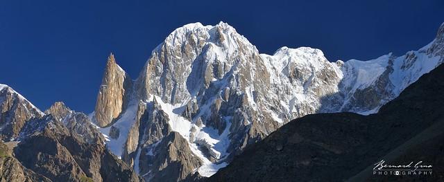 Vue matinale du pic Hunza, 6 270 m, et du pic Ladyfinger(Bublimating),6 000 m, depuis Duikar (Eagle's Nest) - Panorama © Bernard Grua