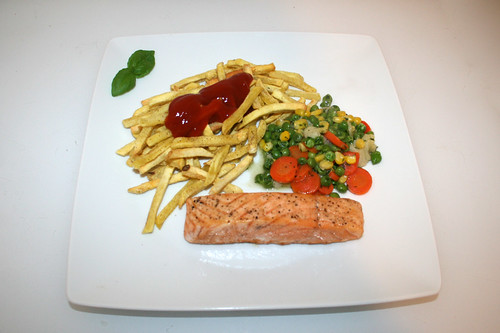 03 - Salmon with buttered vegetables & french fries - Served / Lachsfilet mit Buttergemüse & Pommes Frites - Serviert