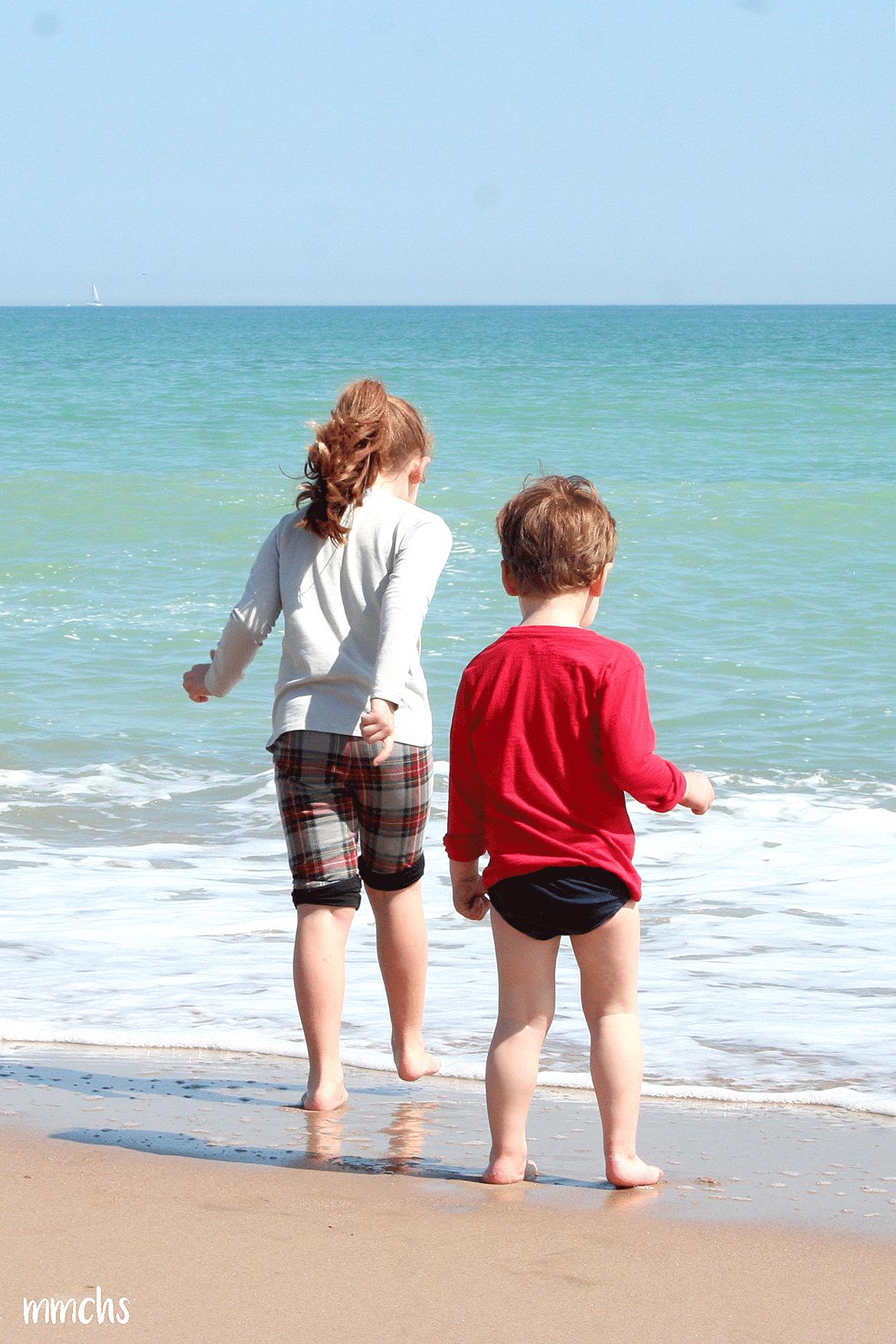 niños jugando en la playa del Saler Valencia
