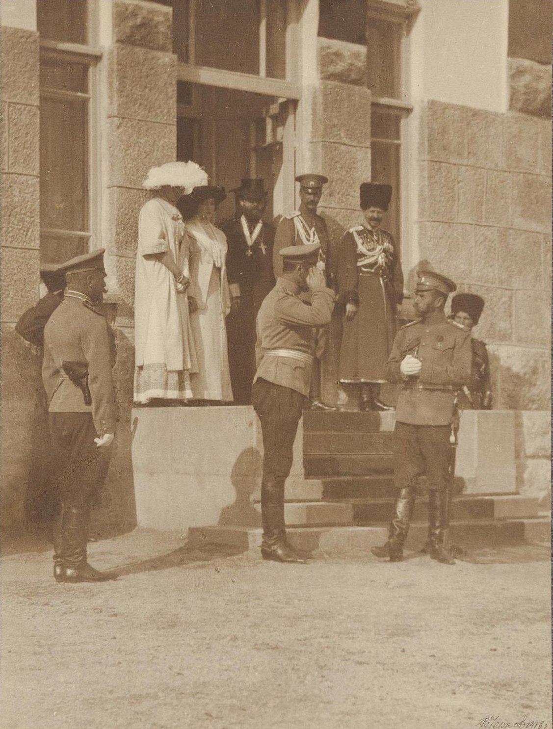 1913. Пребывание Николая II в Ореанде. Николай II у входа во дворец. 24 октября
