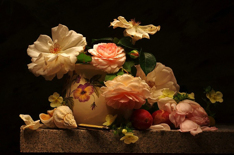 Обои цветы, стол, розы, лепестки, ракушка, ваза, черный фон, натюрморт, сливы картинки на рабочий стол, раздел цветы - скачать
