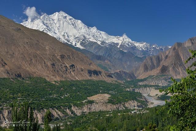 Karimabad vers 09:30 du matin: vue vers l'aval de la vallée de la Hunza et sur le massif du Rakaposhi (littéralement « Mur brillant »), également connu sous le nom de Dumani (« La mère des brouillards »), 7 788 m © Bernard Grua
