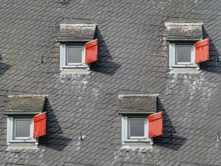 Four red shutters (HWW)