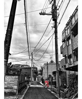 #曇天模様の空の下 #電線 #電柱 #いい電線 #electricwire #郵政レッド #カラーコーン #red #monochrome #Partcolor | by gajumaru3