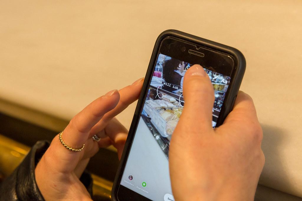 Frau postet auf ihrem Handy ein Foto in ihrer Instagram - … | Flickr