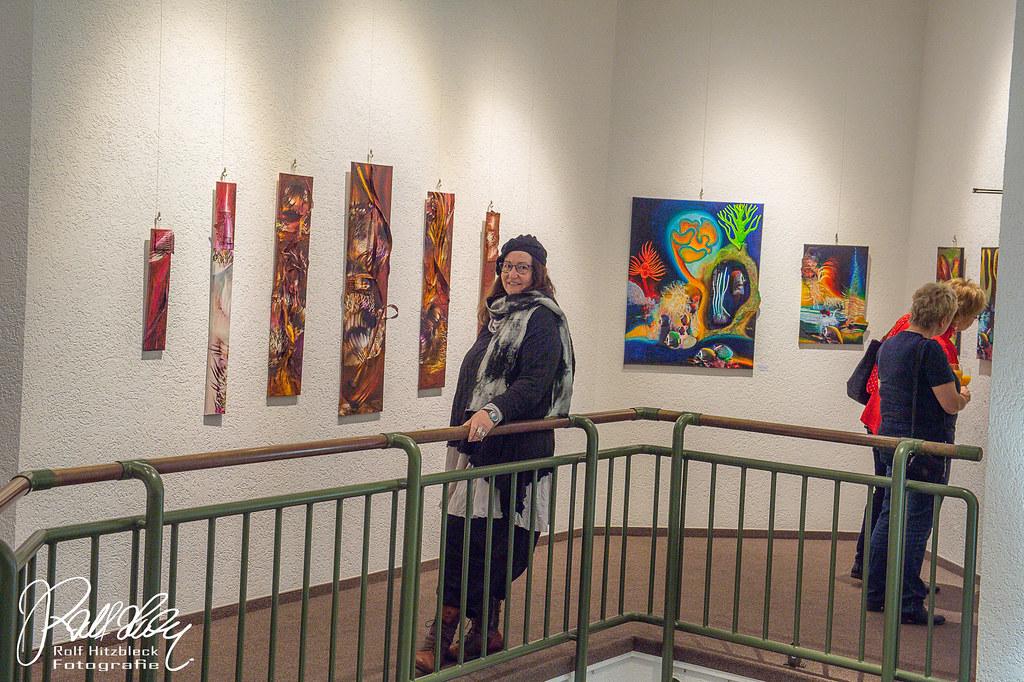 Die Künstlerin Adriane Skunca vor ihren Werken