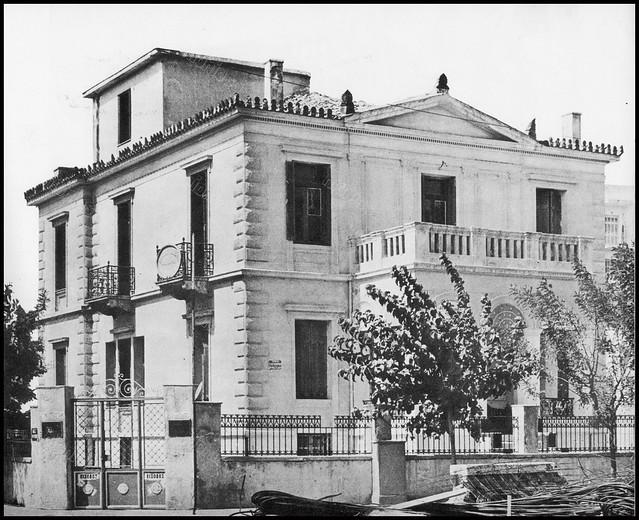 """Ελευθερίου Βενιζέλου 17 και Σμολένσκυ 25, Νέο Φάληρο, Πειραιάς. Φωτογραφία του Στέλιου Σκοπελίτη από το βιβλίο """"Νεοκλασσικά σπίτια της Αθήνας και του Πειραιά"""" Εκδόσεις """"Δωδώνη"""", Αθήνα, 1975."""