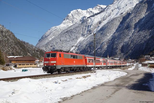 111 026-1 mit einer Regionalbahn von München Hbf nach Innsbruck bei Scharnitz am 16.03.13