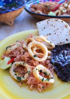 CALAMARES AL AJILLO, ARROZ MEXICANA Y FRIJOLES NEGRO | by www.ChefsOpinion.org