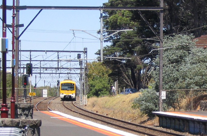 Connex Siemens train approaches Malvern station, January 2009