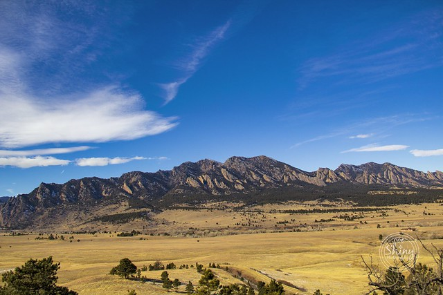 Looking between Rattlesnake Gulch and the Boulder Flatirons in the Front Range of the Rocky Mountains. Taken on 1-4-19, near Eldorado Springs, Colorado.  . . . . .  #CanonRebelT5 #Canon #Rebel #T5 F/5 18mm 1/1250s ISO-160 #oooShiny #oooShinyPhotography #R