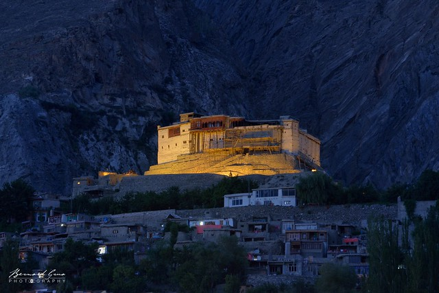 Karimabad 19:40, le fort de Baltit en début de nuit © Bernard Grua