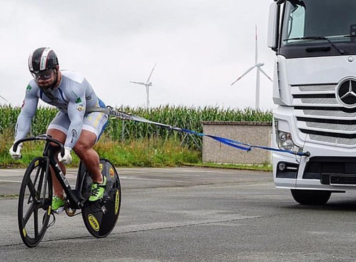 Well that's an unexpected training technique!!  The Power of Quadzilla @robertfoerstemann 🚴💪😎#bespokechainrings #stealth #oilslick #neochrome #track #chainrings #quadzilla #power #muscle #training #trucktowing #towing #robertfo | by bespokechainrings