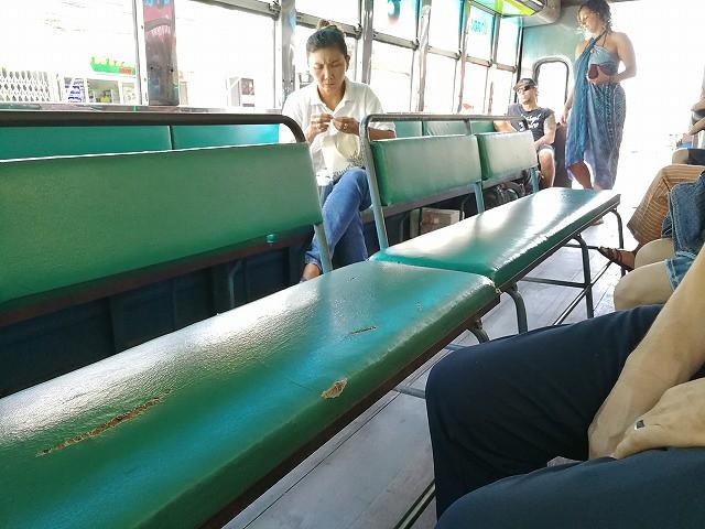<p>沢山乗れるミニバス(ソンテウ)です。ある人数集まらないと出発しない・・・。</p>