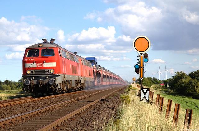 218 376-2 + 218 831-6 mit dem Sylt-Shuttle von Niebüll nach Westerland am Einfahrvorsignal von Klanxbüll am 11.08.12