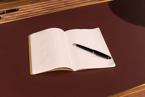 Leeres Heft mit edlem Kugelschreiber auf luxuriösem Tisch | by verchmarco